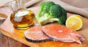 comida saludable de la dieta perricone: rodajas de salmón, aceite de oliva, limón y brócoli