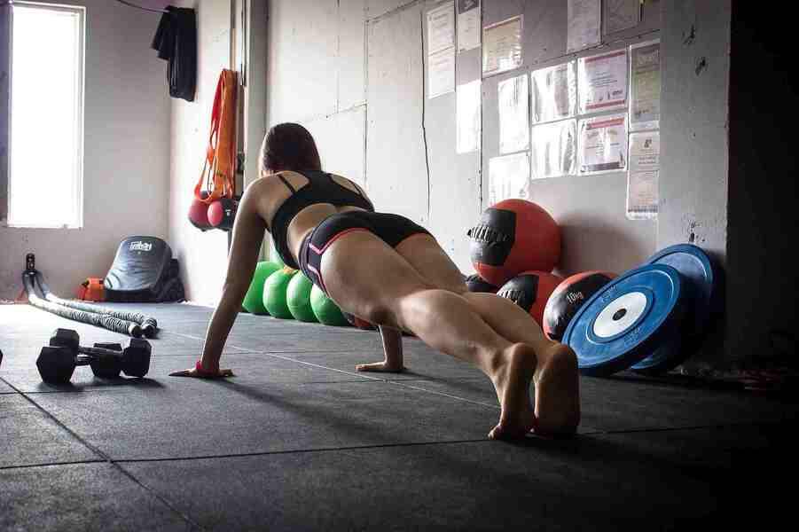 mujer entrenando los abdominales inferiores